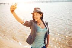 Игры девушки на пляже моря Стоковое Фото
