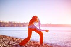 Игры девушки на пляже моря Стоковая Фотография RF