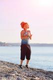 Игры девушки на пляже моря Стоковое фото RF