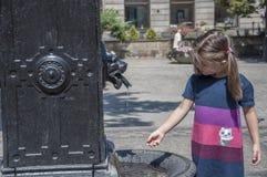 Игры девушки на фонтане Стоковое Изображение