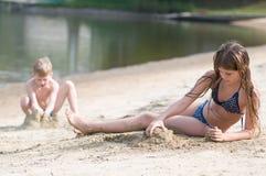 2 игры детей с песком Стоковые Фото
