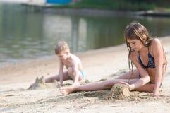 2 игры детей с песком Стоковая Фотография RF