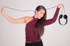 Игры женщины с наушниками в руках Стоковые Фото