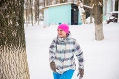 Игры зимы девушки в снеге стоковые изображения rf