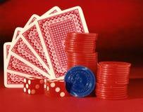 Игры карточек, покера и кости при обломоки насыщенные в красном цвете Стоковое Изображение RF