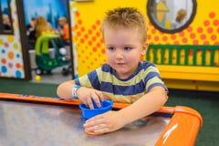 Игры маленького ребенка в воздухе hokey Стоковое фото RF