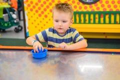Игры маленького ребенка в воздухе hokey Стоковые Изображения