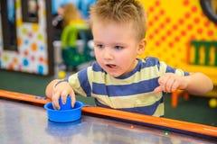 Игры маленького ребенка в воздухе hokey Стоковые Фото