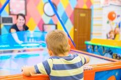 Игры маленького ребенка в воздухе hokey Стоковая Фотография