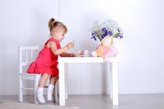Игры маленькой девочки Стоковое Изображение