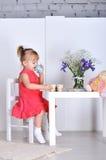 Игры маленькой девочки Стоковые Фотографии RF