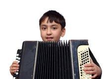 игры мальчика аккордеони стоковое изображение