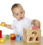 Игры мальчика на таблице Стоковые Фото