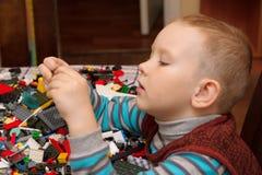 Игры мальчика с конструктором Стоковое Фото