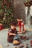 Игры мальчика с конусами сосны стоковое изображение rf