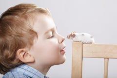 Игры мальчика с мышью Стоковые Изображения