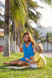 Игры матери с ее сыном Стоковые Фотографии RF