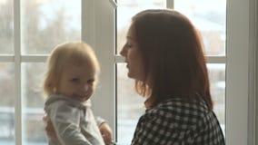 Игры матери с дочерью против окна видеоматериал