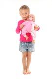 Игры маленькой девочки с любимой куклой Стоковые Изображения