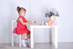 Игры маленькой девочки Стоковые Изображения RF
