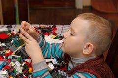 Игры мальчика с конструктором Стоковые Изображения RF