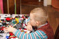 Игры мальчика с конструктором Стоковые Фотографии RF
