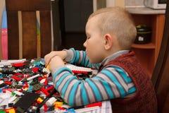 Игры мальчика с конструктором Стоковое фото RF
