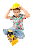 Игры мальчика с трактором игрушки стоковая фотография