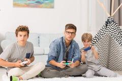 игры мальчиков играя видео Стоковая Фотография RF