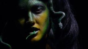 Игры Медузы с кабелем змеек в ее рте сток-видео