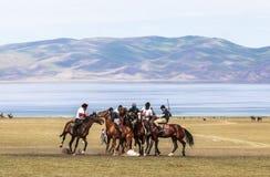Игры лошади на озере Kul песни в Кыргызстане Стоковые Изображения RF