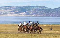 Игры лошади на озере Kul песни в Кыргызстане Стоковое Изображение RF
