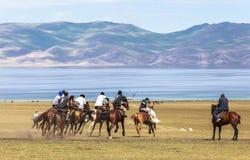 Игры лошади на озере Kul песни в Кыргызстане Стоковое Изображение