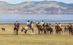Игры лошади на озере Kul песни в Кыргызстане Стоковые Фотографии RF