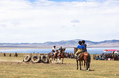 Игры лошади на озере Kul песни в Кыргызстане Стоковые Фото