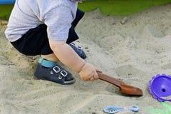 Игры ребенк в ящике с песком Стоковые Фото