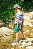 Игры ребенк около потока горы стоковое изображение rf