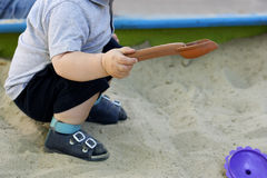 Игры ребенк с песком Стоковое Фото