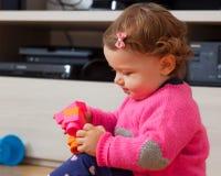 Игры ребёнка с мягкими резиновыми строительными блоками Стоковое Изображение