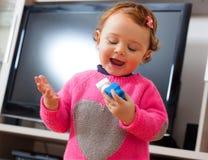 Игры ребёнка с мягкими резиновыми строительными блоками Стоковое Изображение RF