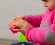 Игры ребёнка с мягкими резиновыми строительными блоками Стоковое Фото