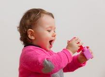 Игры ребёнка с мягкими резиновыми строительными блоками Стоковые Изображения