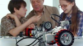 Игры старшего человека с его внуками стоковое изображение rf