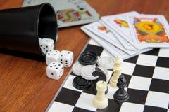 Игры таблицы разнообразия на деревянной предпосылке Стоковое Изображение