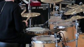 Игры человека на барабанчике установили на концерт сток-видео