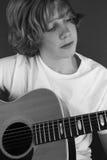 игры 1 гитары мальчика Стоковая Фотография RF