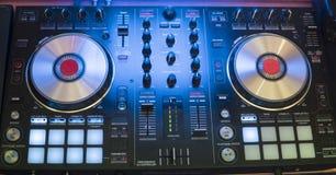 Игры DJ и музыка смешивания на цифровом регуляторе смесителя Регулятор представления DJ конца-вверх, цифровая система turntable m стоковые изображения rf