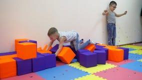 Игры ` s детей крытые видеоматериал
