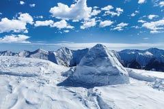 Иглу на верхней части горы Стоковое фото RF