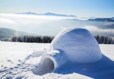 Иглу дом изолированного туриста стоит на горе Стоковая Фотография RF